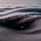 Golvende mist over de heuvels van Californië bij volle maan