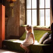 Tegenlichtsituaties voor beginners © meisje, bank, tegenlicht, zonlicht, haarlicht