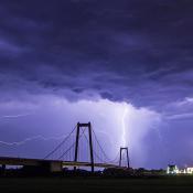 Vijf tips voor bliksemfotografie © onweer, bliksem, blauw, brug