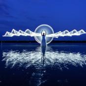 5 tekenen waaraan je kunt zien dat je jezelf als fotograaf snel ontwikkelt © engel, water, lightpainting